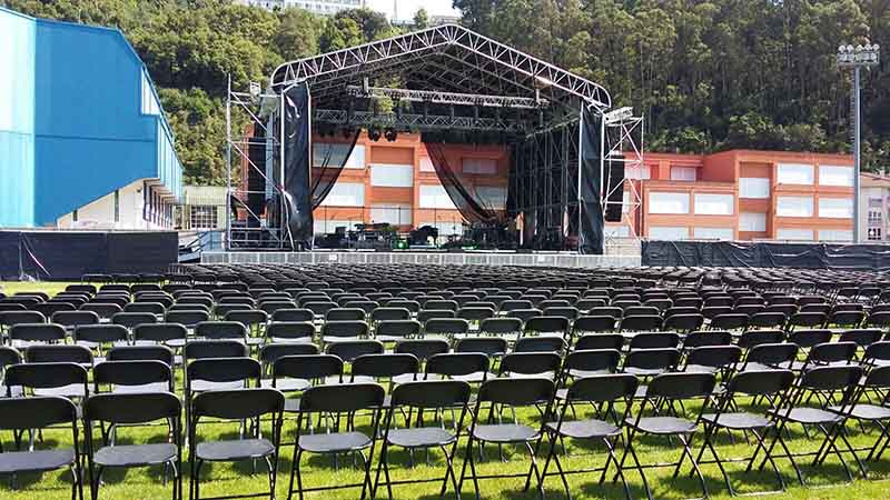 escenario montaketak con sillas